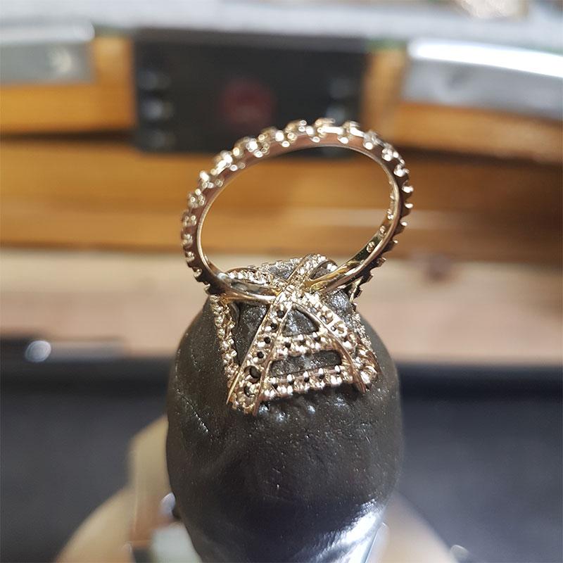 Anello smeraldo e diamanti fase 3 - Innoro Atelier Orafo