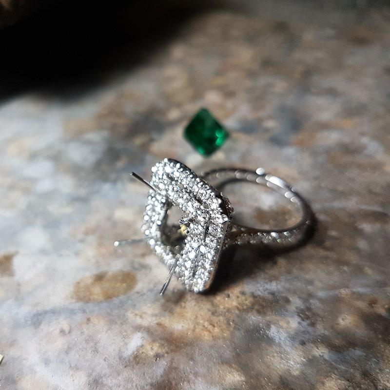 Anello smeraldo e diamanti fase 4 - Innoro Atelier Orafo