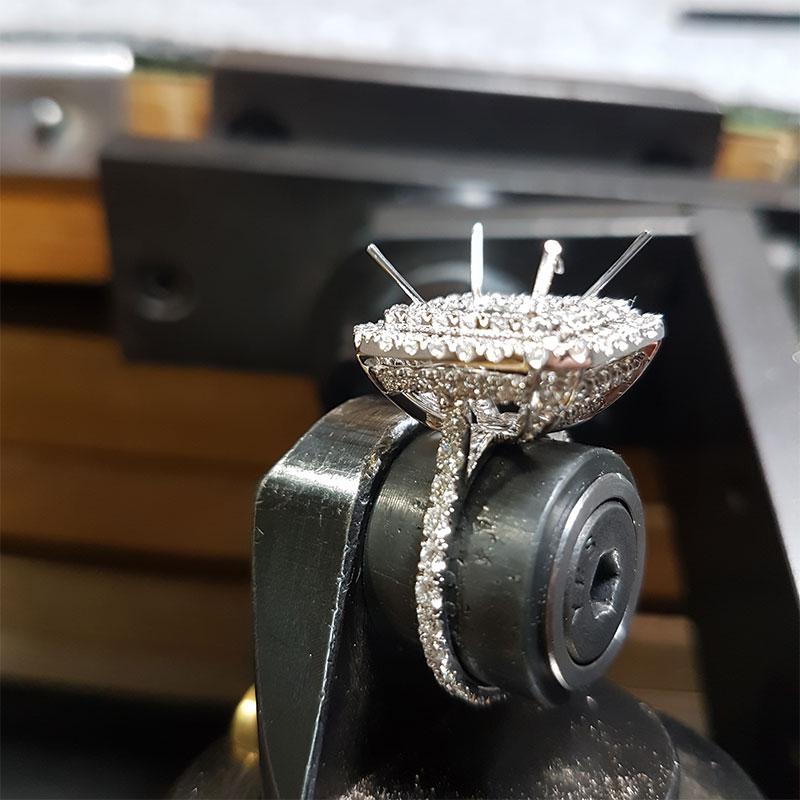 Anello smeraldo e diamanti fase 5 - Innoro Atelier Orafo
